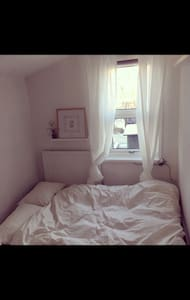 Cosy, single room in family home - London - House
