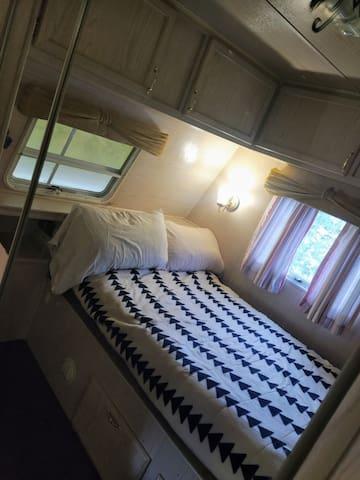 Room with double bed/ quarto com cama de casal