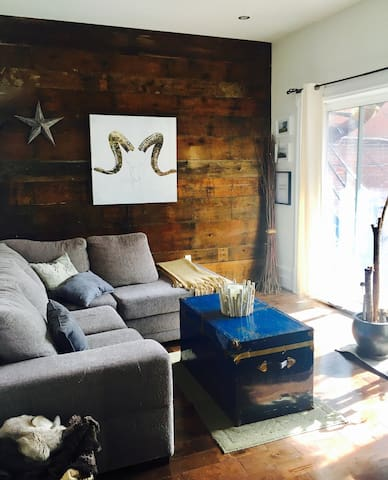 Cozy Room with Double Bed in the Heart of Montreal