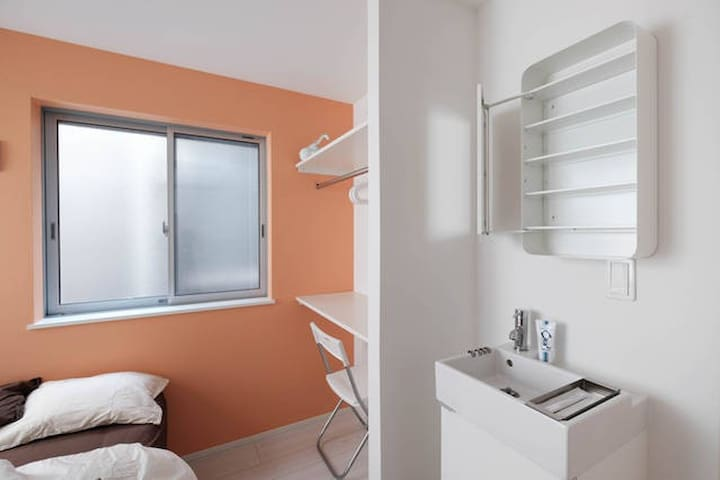 団体にお勧め!駅徒歩4分/一軒家貸切/鍵付きベッドルーム7部屋+バー&カウンターキッチン/ - Sumida-ku - Haus