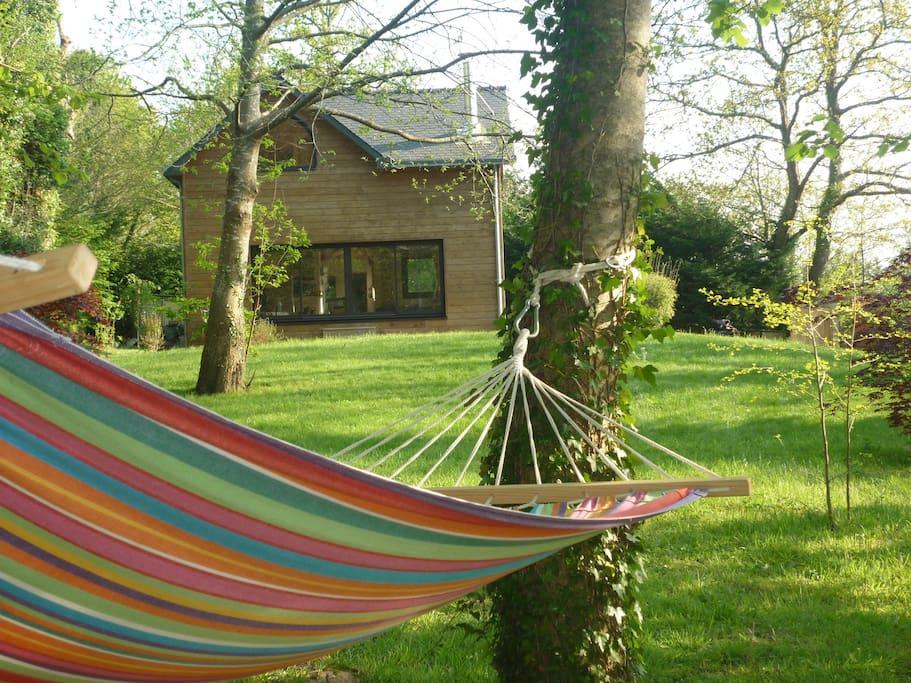 La Maison est entourée par 2500 m2 de jardin, avec un hamac pour les siestes...