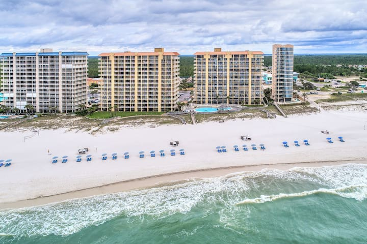 Emerald Coast condo w/ an open layout, tennis courts, shared pools, & hot tub!