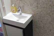 Salle d'eau avec lavabo, douche et WC suspendu photo 3