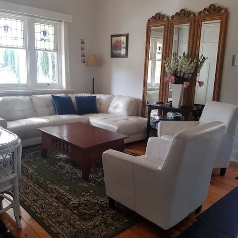 Two 2 bedroom guest houses 3 bathrooms 4km 2 CBD
