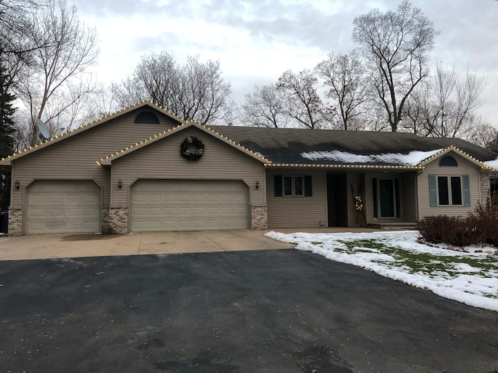 Quiet Cozy Home, Private Neighborhood close to EAA