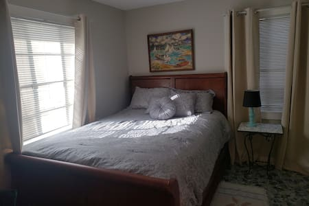 PRIVATE Single Detached Room on Springs -Del Rio