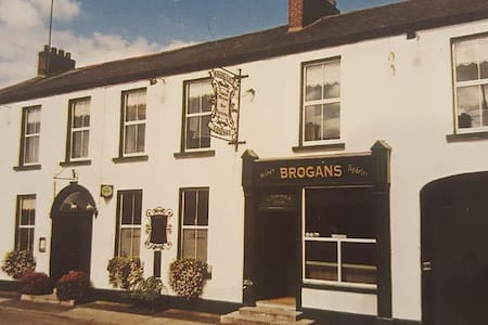 Brogan's Bar & Guesthouse