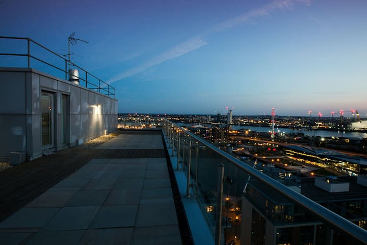 Penthouse w/Private Roof Terrace (1 min to Excel)