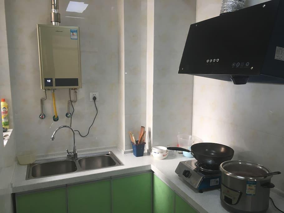 有厨房才有家的感觉,燃气灶,热水器,抽油烟机,电饭锅,柜子里还有豆浆机,电火锅……这头还有冰箱没拍进去
