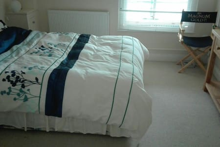 Spacious room + TV/Wifi + own bathroom + parking - Leatherhead