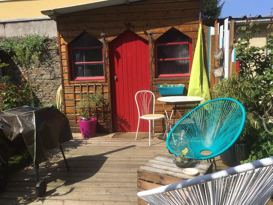 terrasse avec table, chaises, 2 fauteuils, barbecue, toile