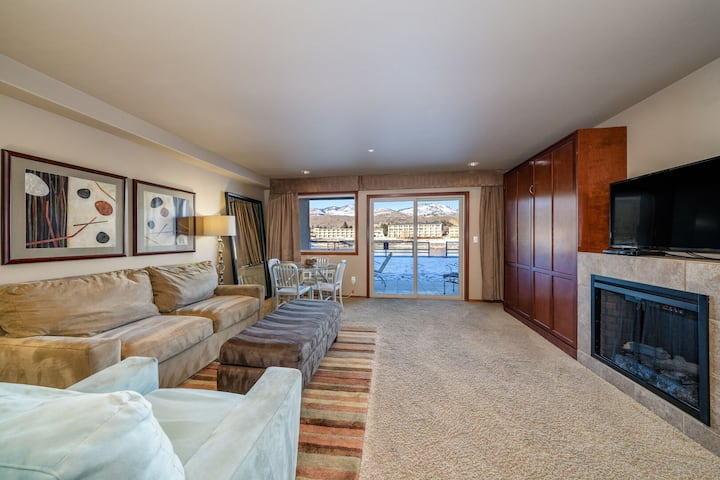 Grandview River View 613! Luxury Waterfront condo, sleeps up to 6!