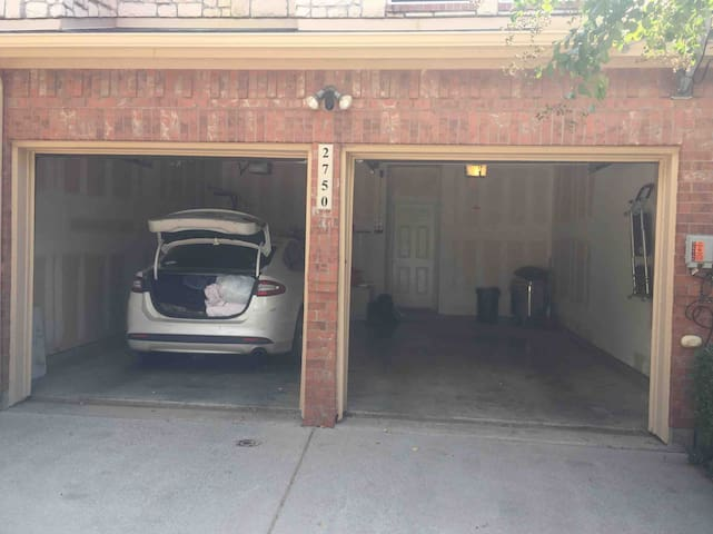 Heart of DFW Townhouse with Garage