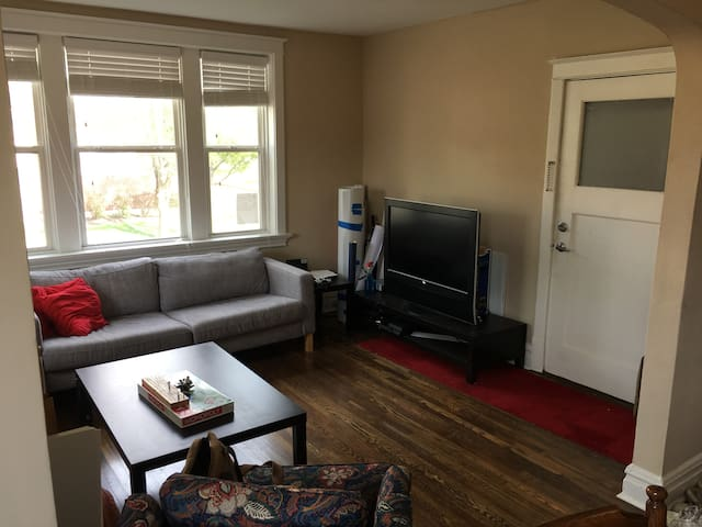 Off Delmar Loop Large Queen Bedroom Apartment - University City - Appartement