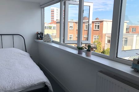 Room near center of Utrecht with private bathroom