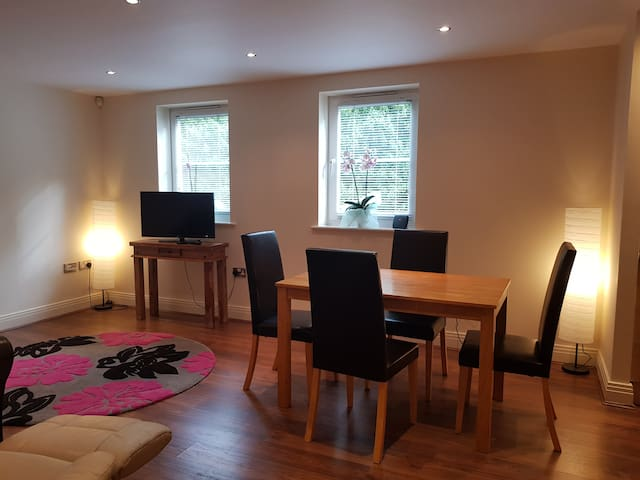 Modern & Quiet 2 Bed 2 Bath Apartment in Claygate