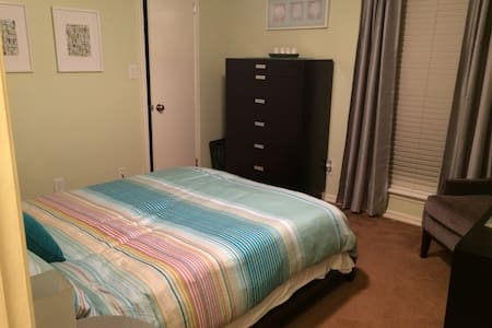 Modern, Queen bed and private bath, Super Comfy:) - Fort Smith