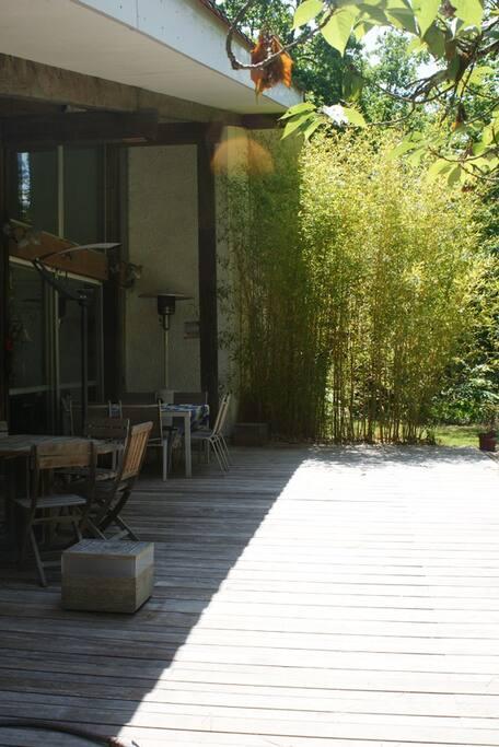 Vue d'une partie de la terrasse en bois exotique devant le salon salle à manger (terrasse de plus de 60m²).