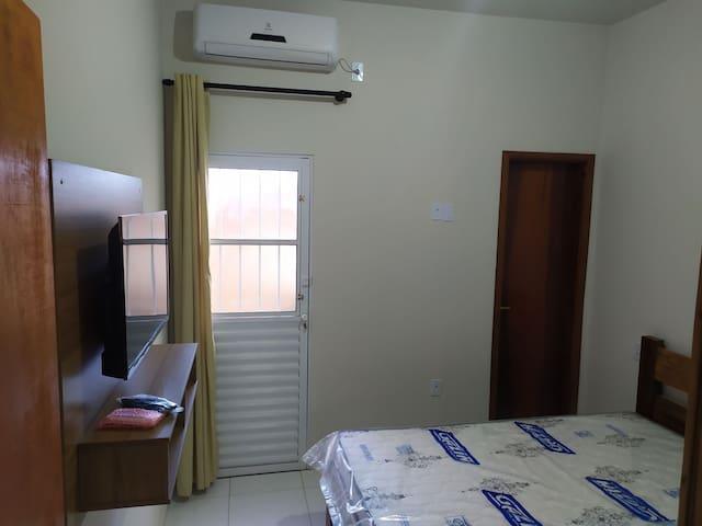 Quarto bem arejado e iluminado. Com Ar condicionado inverter, TV, guarda roupas e camas de madeira com colchão novo.