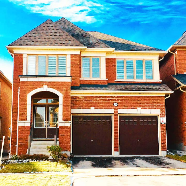 Colour Full Oshawa 4BedRooms 4WR/20Min2Toronto🇨🇦