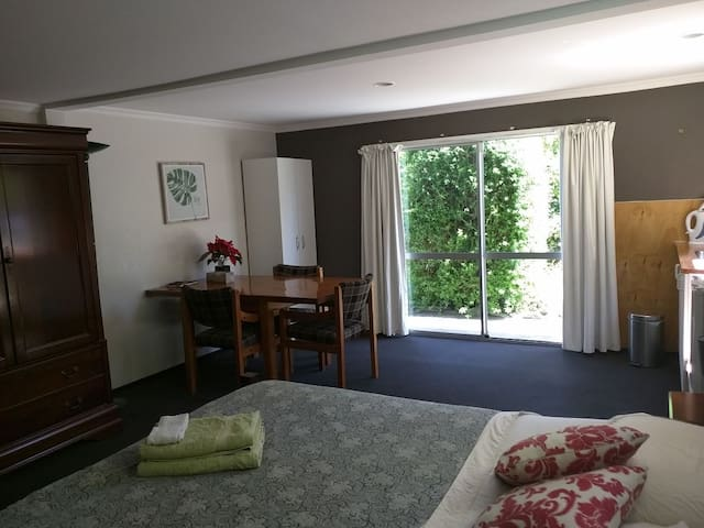 Spacious room in family home! - Nelson - Huis