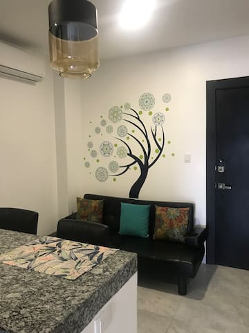 Sala de la suite con árbol de mandalas