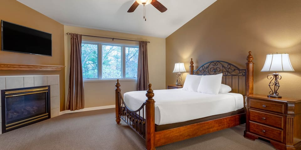 Comfy Queen Bed! - Tamarack and Mirror Lake Resort