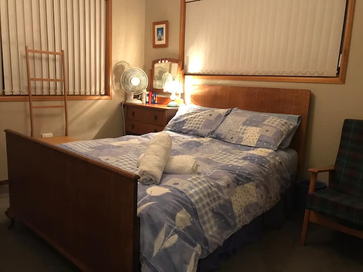 Relax in Comfy double room in country with Wifi