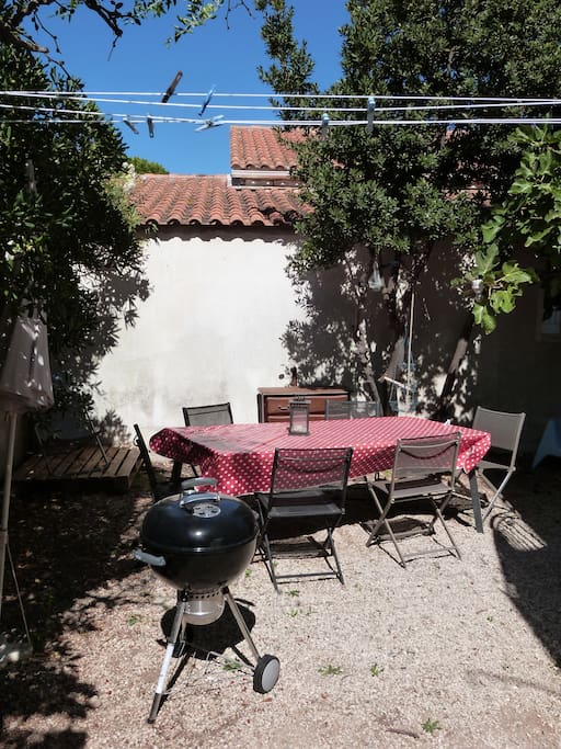 Un jardin sympathique et ombragé avec un barbecue top !