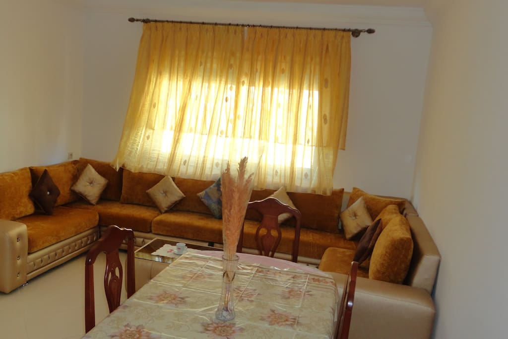Living room: couch + table and four chairs. # Salon: canapé + table et quatre chaises. # Sala de estar: sofá + mesa y cuatro sillas.
