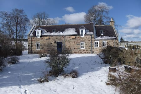 1861 stone crofthouse set in 200 acres of farmland - Newmill - Huis