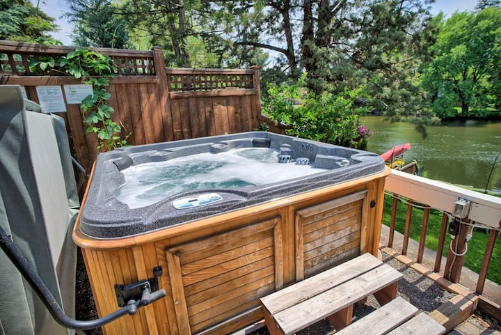 Water & River front Downtown Bend w/ Hot Tub!
