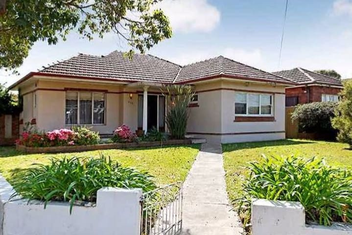 Easy going house with pool. Close to Airport & CBD - Kingsgrove