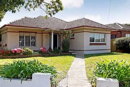 Easy going house with pool. Close to Airport & CBD - Kingsgrove - Casa