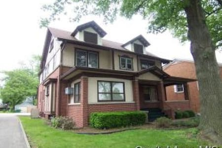 Large Beautiful 100 year old Home near Downtown - Springfield - Casa