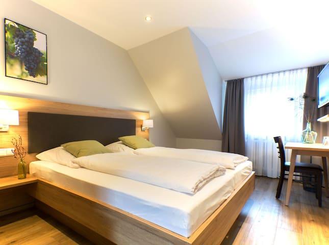 """Restaurant & Appartements """"In Vino Veritas"""", (Haslach im Kinzigtal), Doppelzimmer 6, 18 qm, max. 2 Personen, mit WC und Dusche"""
