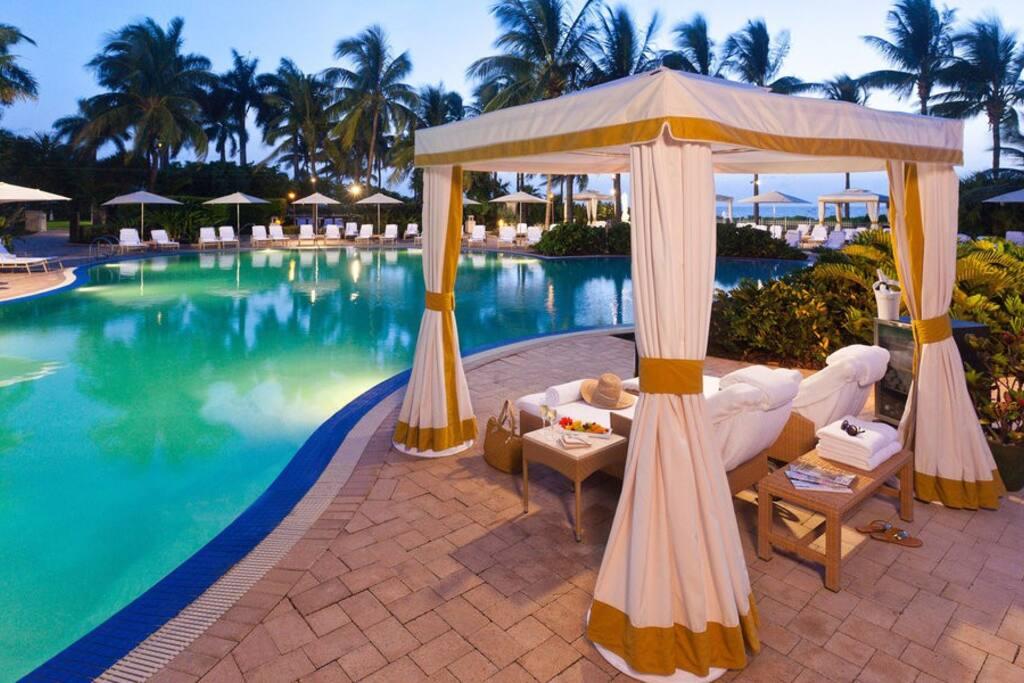 lounge luxury modern pool