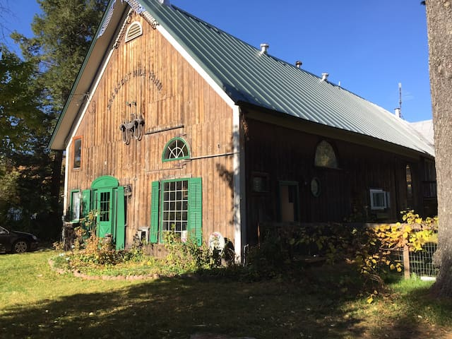 Rustic VT Barn Home near Jay Peak - Montgomery - House