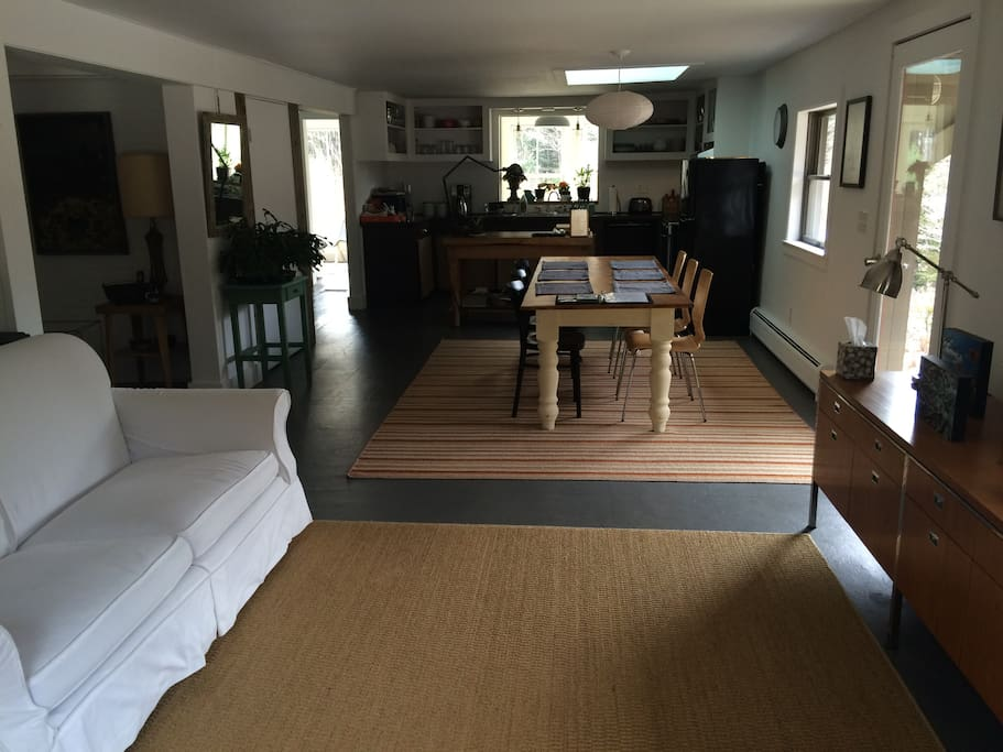 Spacious entry way connects to dining area and kitchen
