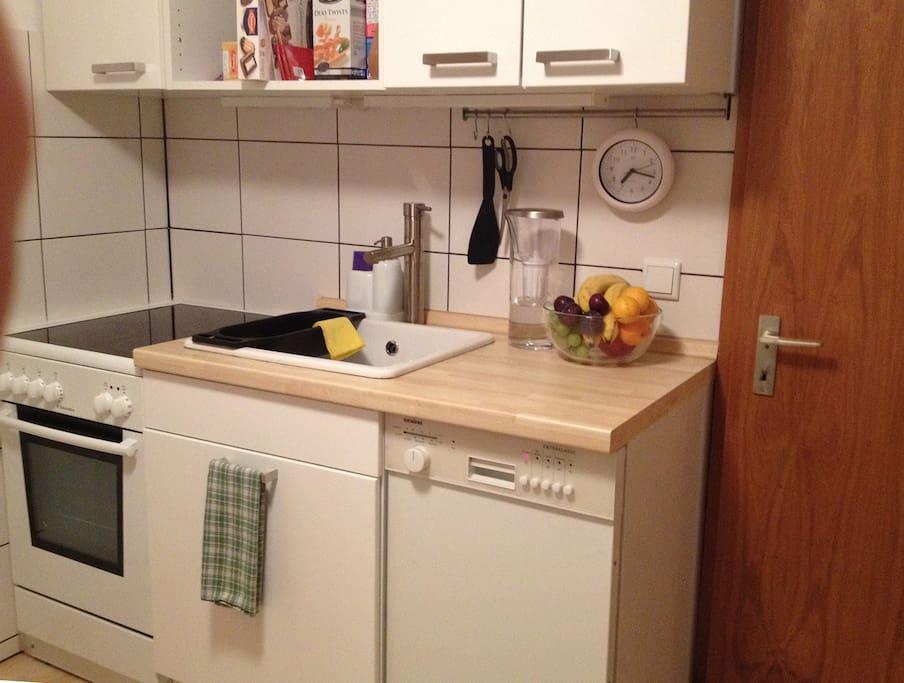 Kleine aber voll ausgestattete Küche mit Spülmaschine
