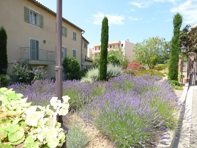 Sanary , CLIM , beaches and shops , terrace and communal garden.