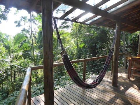 Bungalow im Regenwald mit Meeresblick