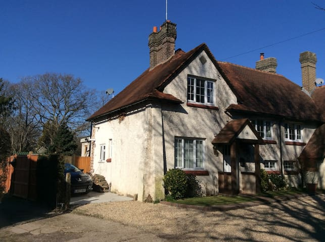 Charming Character Cottage near Saint Hill Manor
