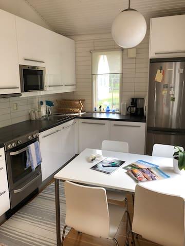 Modernt kök med all tänkbar utrustning