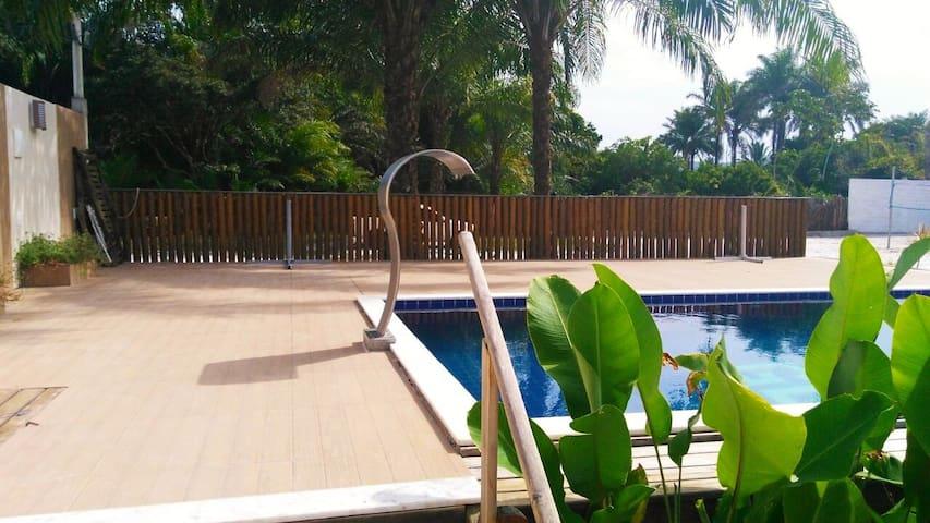 Área da piscina e deck. A casa ainda possui 1 banheiro masculino e outro feminino na área da piscina, além de 2 chuveiros!!!