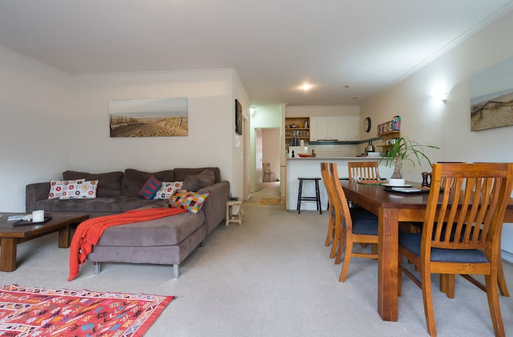 Large six seater table and spacious lounge
