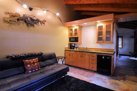 Carriage House Cozy Timber frame Cottage ~ Hot tub