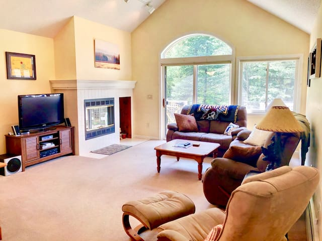 FV29: Lovely Fairway Village Condo with Great Mountain Views, just a 10 minute walk from Omni Mount Washington Hotel! Free resort shuttle. Perfect home base for skiing, hiking, golfing, and much more! DISCOUNTED SKI TICKETS!