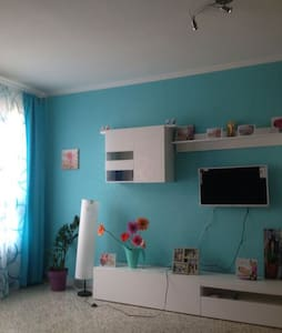 Nice room with WIFI, 2 min metro, everything new - Barcelone - Appartement