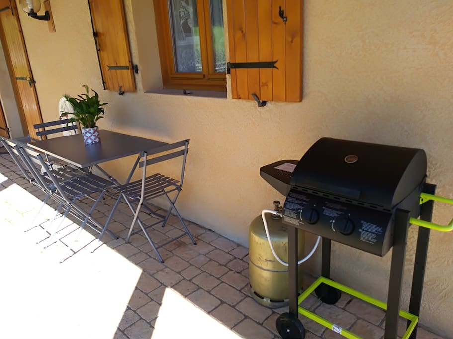 le barbecue et la table de jardin